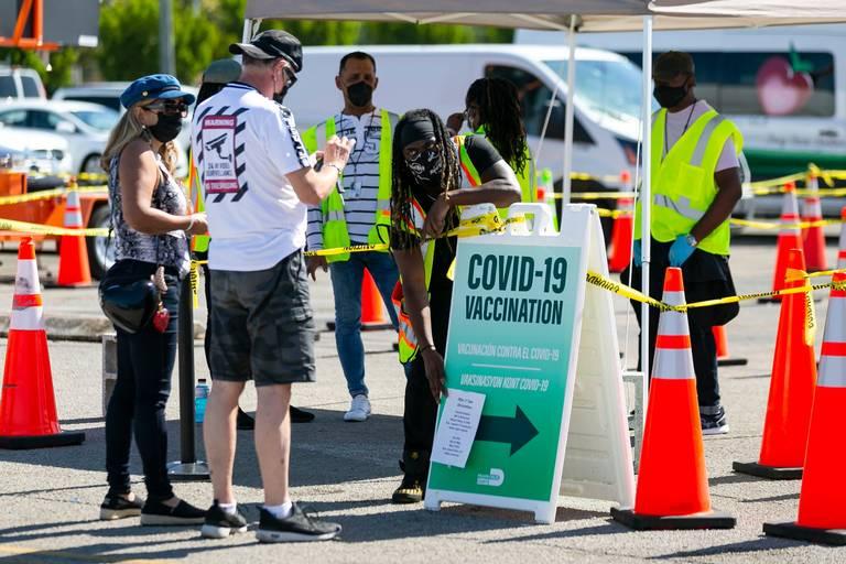 Người dân tiếp cận điểm tiêm chủng vaccine Pfizer-BioNTech ở Miami, Florida ngày 13/04/2021